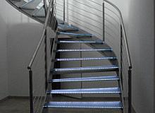 Edelstahl-Wendeltreppe mit LEDs